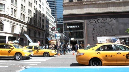 Taxis amarillos y atrás, la primera señal de que algo estaba pasando, una cámara gigante.