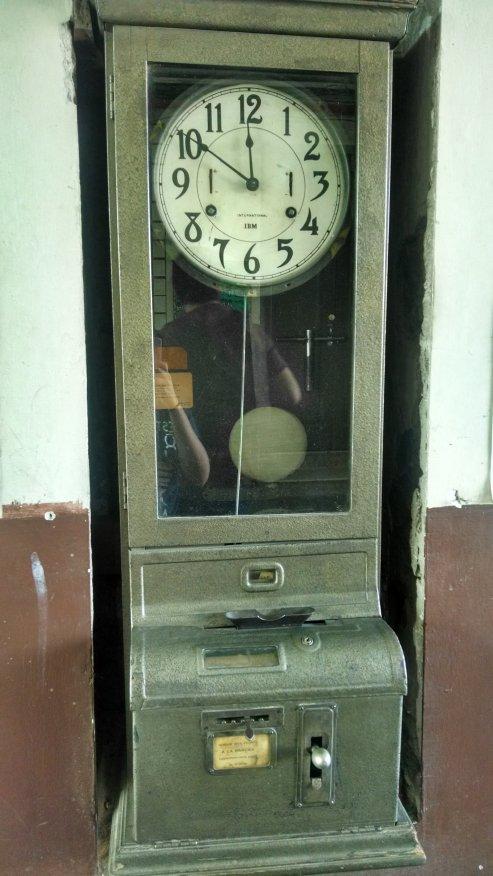 Un reloj que tiene pinta de ser muy viejo.