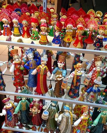 Ahhh, las tiendas de Praga eran hermosas, llenas de cosas bonitas. A mi hermana le traje una muñequita roja de la fila superior y ya la tiene instalada en el mueble del living.
