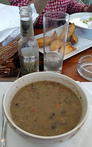 Si se trata de arriesgarse, en Praga no tenía más opción. Pedí esta sopa muy espesa y llena de verduras y aliños que me encantó. También testée la cerveza de jengibre sin alcohol y estoy a punto de iniciar una campaña para que la traigan a nuestros supermercados.
